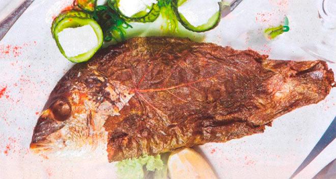 Рецепт Рыба дорада запеченная в духовке в виноградных листьях