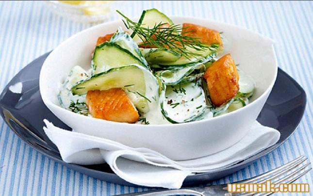 Рецепт Салат с огурцом и лососем